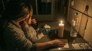 Una família menja a la llum de les espelmes per no poder pagar les factures