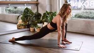 Mujer haciendo ejercicios de pilates