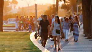 Imatge de turistes per Cambrils.