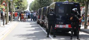 Agents de la BRIMO dels Mossos durant els enfrontaments amb els manters a Salou.