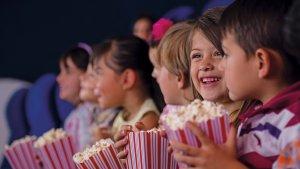 Els nens i nenes gaudiran al cine.