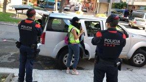 Els Mossos s'enduen una persona detinguda a la plaça de Catalunya de Torredembarra.