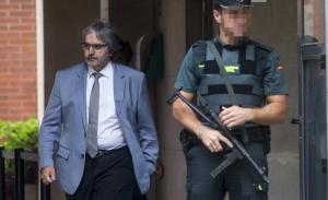 Joaquim Nin, secretari general de la Presidència, sortint de la comandància de la Guàrdia Civil de Barcelona.