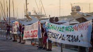 Arran en una acció contra el turisme al port de Palma de Mallorca.