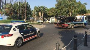 ELs Mossos d'Esquadra han controlat l'accés al passeig marítim fins que han retirat el vehicle dels terroristes.