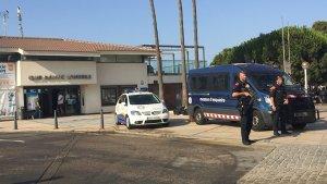 Els Mossos d'Esquadra i la Policia Local de Cambrils davant del Club Nàutic.