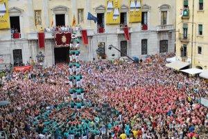4 de 9 sense folre dels Castellers de Vilafranca a la plaça de la Font, el 2013.