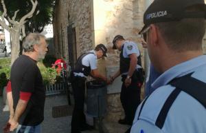 Agents de la policia de Torredembarra precintant un quadre elèctric per evitar un acte.