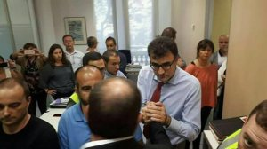 El vicepresident Junqueras s'estreny la mà amb Lluís Salvadó, emmanillat.