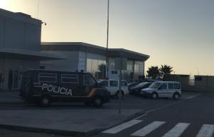 Imatge de furgonetes de la policia espanyola i la Guàrdia Civil a l'exterior de l'Aeroport de Reus.