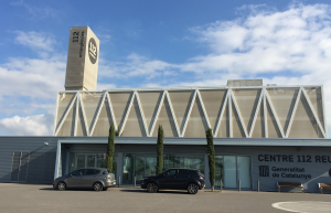 Imatge de l'exterior de l'edifici del 112 de Reus, amb dos cotxes de la Guàrdia Civil.