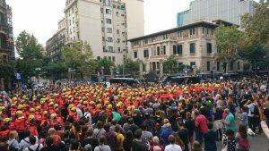 Imatge dels Bombers de la Generalitat protegint la policia a Barcelona.