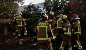 Imatge dels bombers treballant per alliberar de la dona de l'interior del vehicle.