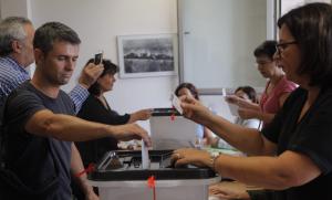 Un home vota en un col·legi del Camp de Tarragona.