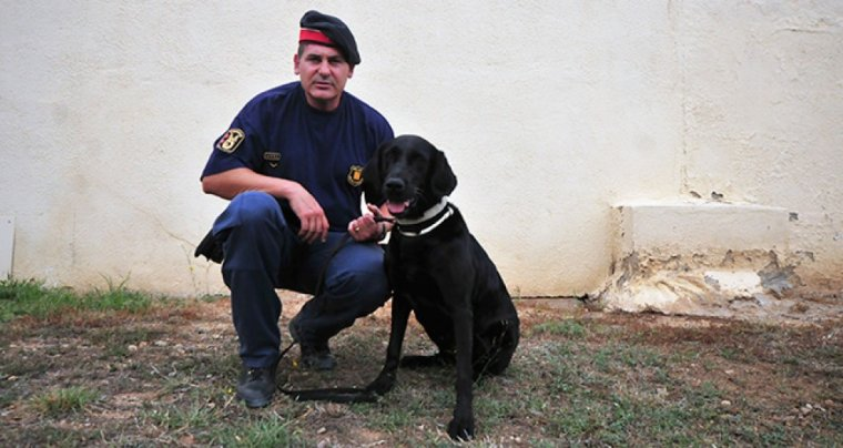 El caporal en cap de la unitat al Camp de Tarragona, amb el seu company de quatre potes.