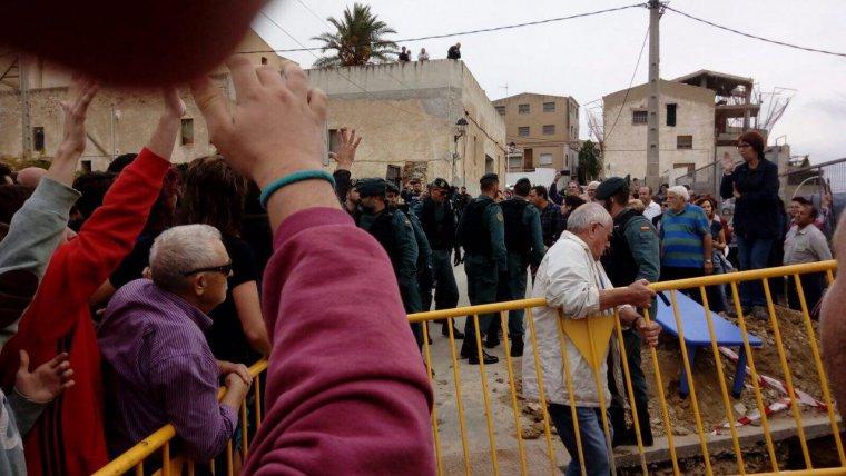 Imatge del moment en que la Guàrdia Civil s'ha posicionat