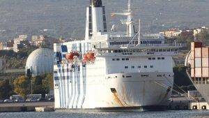 Imatge del vaixell Azzurra, atracat al Port de Tarragona amb agents de la policia.