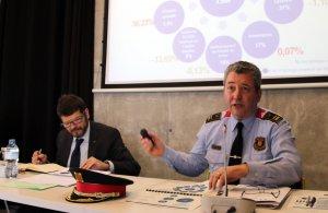 Jaume Giné, a la dreta i d'uniforme, en una roda de premsa al 112 de Reus.
