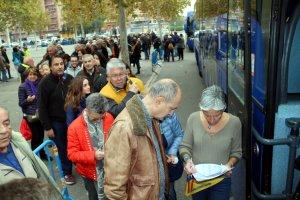 Passatgers esperar per pujar als autobusos.