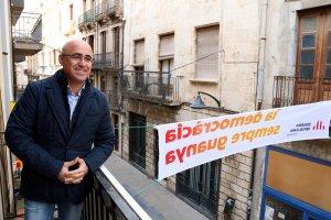 Òscar Peris al balcó de la seu d'Esquerra a Valls, en una imatg durant la campanya.
