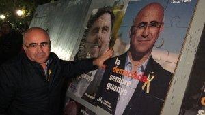 Oscar Peris, cap de llista per Esquerra a Tarragona, enganxant el primer cartell.