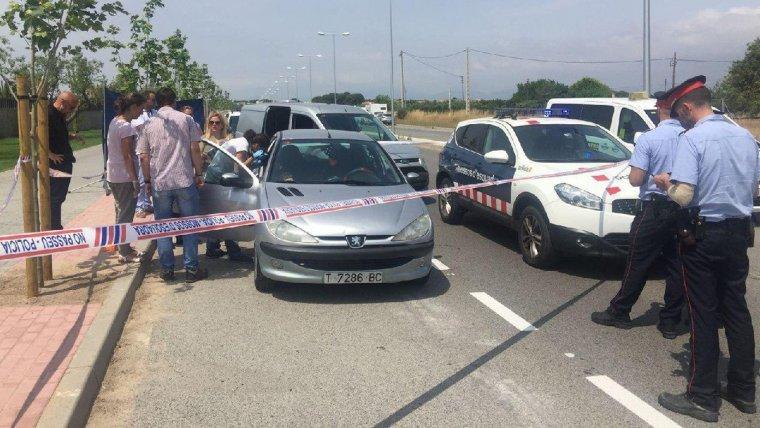 Imatge del cotxe on es va trobar el cos sense vida de Fadua, al vial de Cavet.