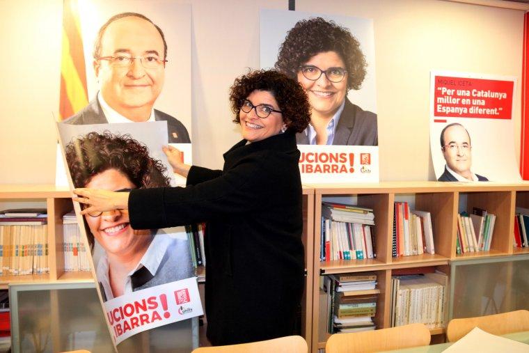 Rosa Maria Ibarra, a la seu del PSC de Tarragona, amb un cartell seu.
