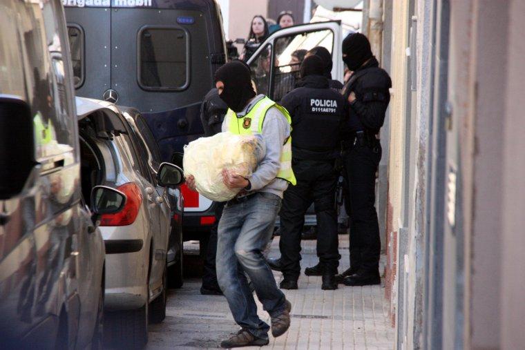 Imatge d'un agent dels Mossos retirant objectes de casa de Jacob Orellana.