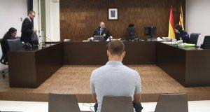 Andreu Curto, d'esquena, assegut durant el judici a la Ciutat de la Justícia, el passat mes d'octubre.