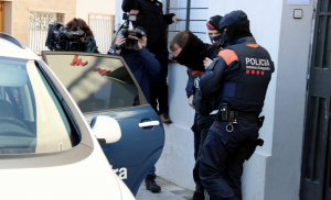 Imatge d'un dels detinguts transportat per agents de l'ARRO dels Mossos.