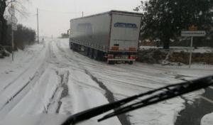 Un camió atrapat a la Riera de Gaià.