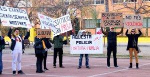 Diverses persones exhibint cartells reivindicatius davant els jutjats d'Amposta coincidint amb les declaracions de guàrdies civils investigats per les càrregues de l'1-O a la Ràpita.