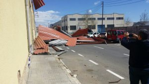 El teulat d'una nau de Reus ha caigut, arrossegat per la força del vent.