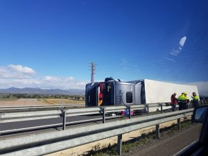 Un camió ha bolcat a l'A-7 tarragonina.