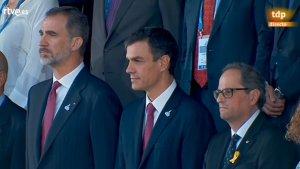 Imatge de Felip VI, Pedro Sánchez i Quim Torra durant la reproducció de l'himne espanyol