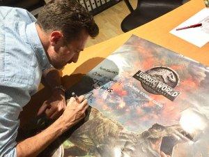 Tarragó signant un cartell de Jurassic World 2, a les instal·lacions d'Ocine Les Gavarres