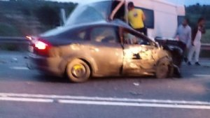 Un dels vehicles implicats en l'accident i també la furgoneta.