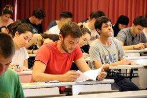 Uun alumne fullejant l'examen de Llengua Castellana i Literatura de les PAU del 2017, en una aula del Campus Catalunya.