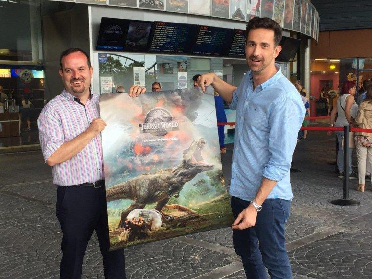 Josep Eduard Príncep, gerent d'Ocine Les Gavarres i Oriol Tarragó amb un poster de l'espectacular pel·lícula dirigida per J.A. Bayona