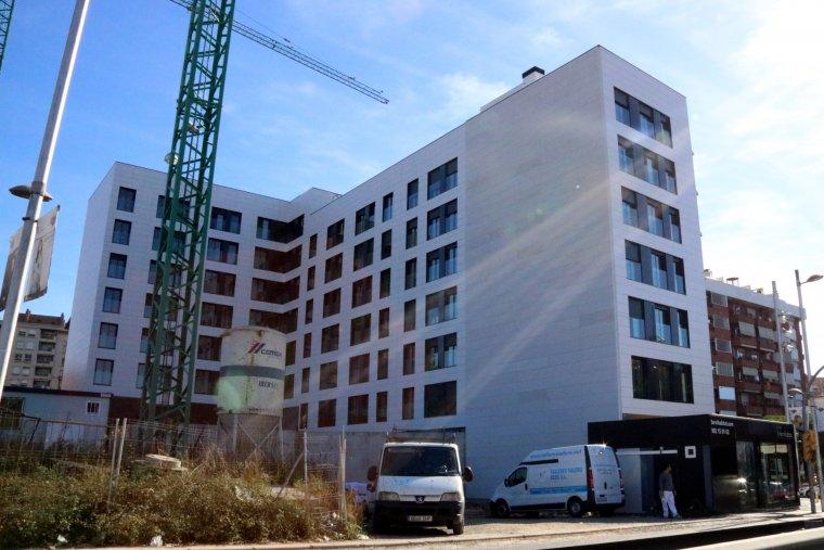 Un bloc de pisos en construcció a l'avinguda d'Andorra de Tarragona.
