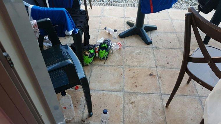 Ampolles pel terra, una tònica generalitzada a les habitacions dels atletes dels Jocs Mediterranis.