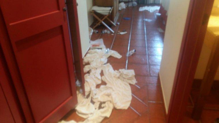 Molts atletes dels Jocs Mediterranis deixaven la roba tirada al terra de les habitacions.