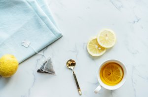 One of the best remedies for the common dry cough is a honey and lemon infusion