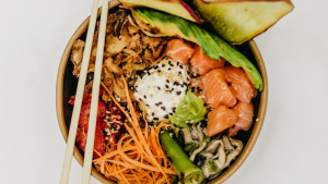 A poke bowl is a Hawaiian dish made basically with raw fish and fresh vegetables.