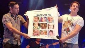 Andy y Lucas muestran la polémica camiseta en un concierto