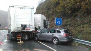 Imagen de archivo de un accidente entre un coche y un camión