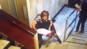 Imagen del momento en el que la anciana planta cara al ladrón