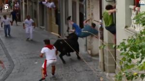 Un hombre fue embestido por un toro en un encierro en Estella, Navarra.