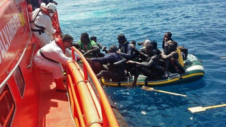 Imagen de los ocho migrantes rescatados.
