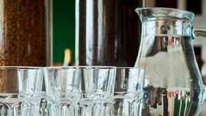 La nueva campaña de la OCU demanda agua gratis en los bares